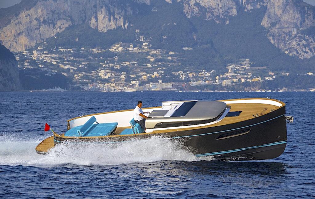 Gozzo tarkoittaa tietynlaista, Napolinlahden rantakaupungeissa aikaisemmin yleistä venetyyppiä. Apreamare puolestaan on sorrentolaisen Aprean perheen 170-vuotisesta venerakennushistoriasta syntynyt venemerkki.