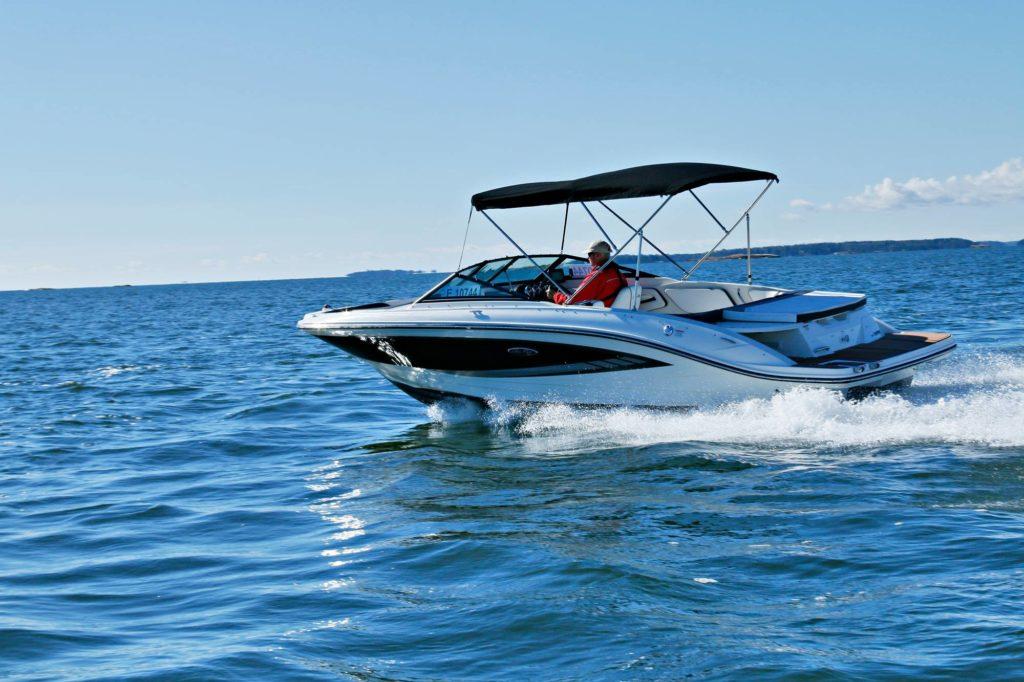 Kun kesäpäivä tarjoaa kunnolla aurinkoa ja paljon kavereita, Sea Ray 21 SPX tuntuu oikealta valinnalta.