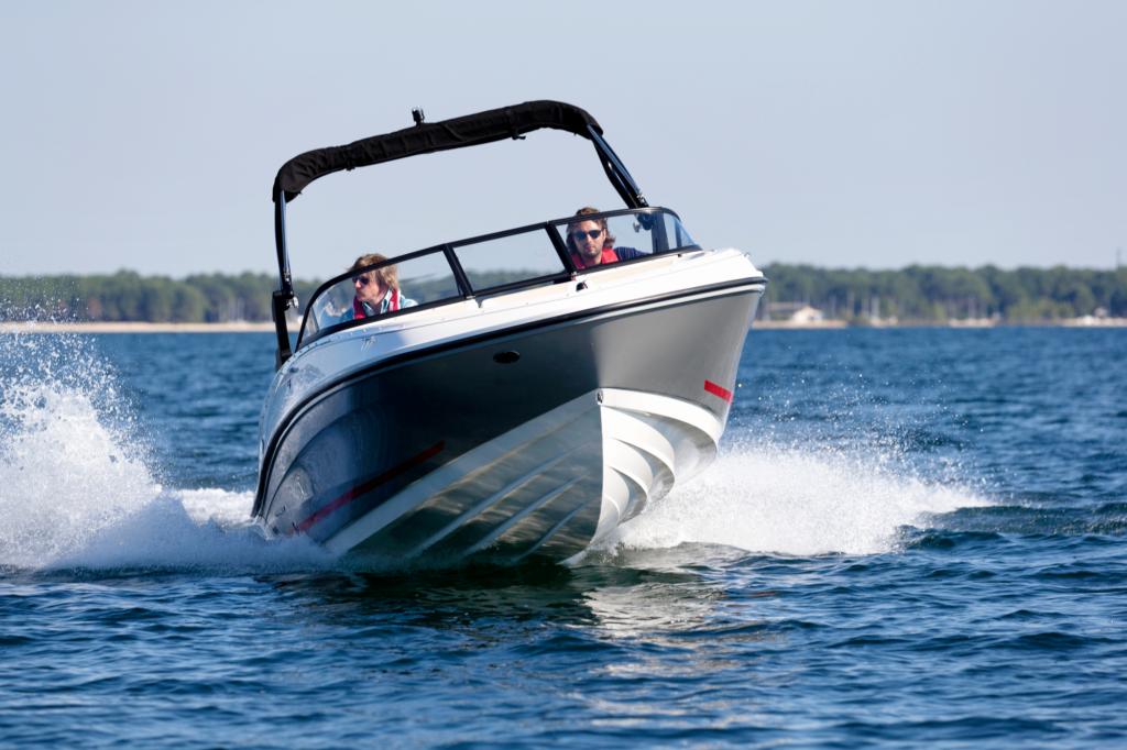 Bayliner on esitellyt perämoottoriversion vanhemmasta sisämoottorimallistaan. Moottorin siirto mahdollistaa suuremmat tilat muutenkin tilavaan veneeseen.