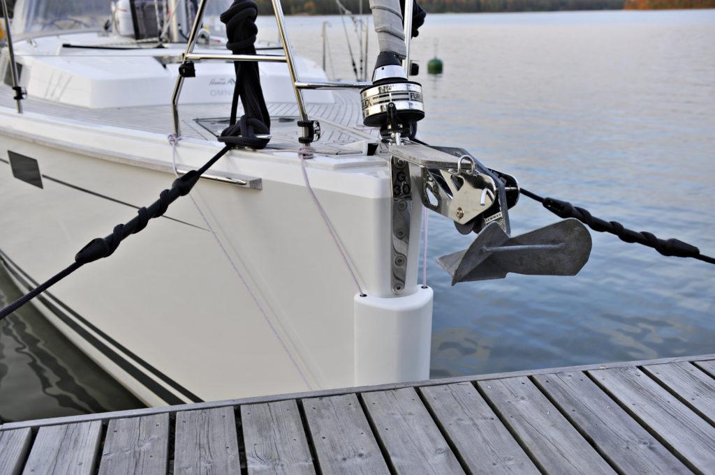 Paksu lepuutin suojaa veneen keulaa naarmuilta ja kolhuilta rantautuessa ja keula-ankkuria laskettaessa.