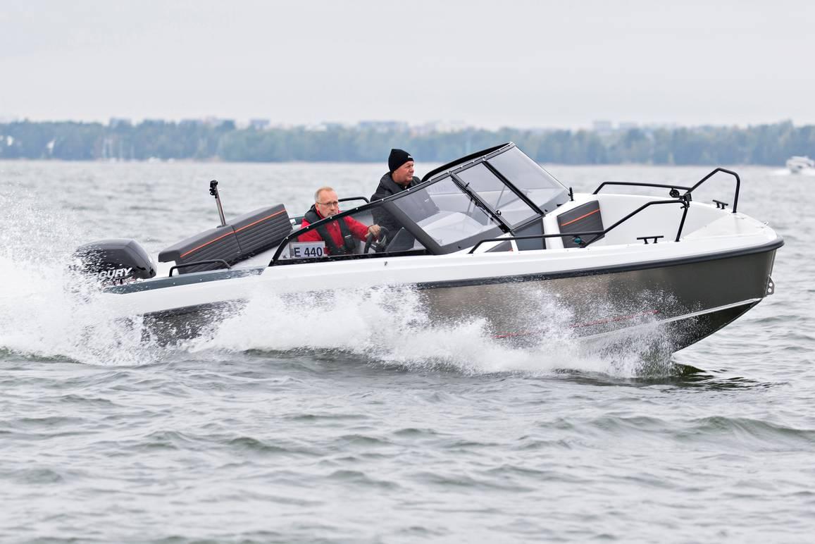 Kun veneilykausi Suomessa alkaa taittua talveksi, Bella-Veneet yllättäen esitteli oman versionsa alumiinisesta avoveneestä.