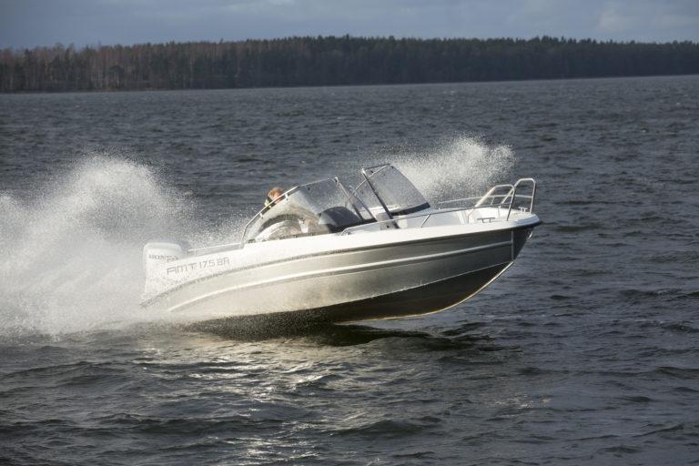 Yhdelläkään avoveneiden valmistajalla tänä päivänä tuskin on mahdollisuutta hyljeksiä alumiinia runkomateriaalina. Niinpä myös Kontiolahdella toimiva AMT-veneet Oy on ottanut valikoimiinsa alumiinin.