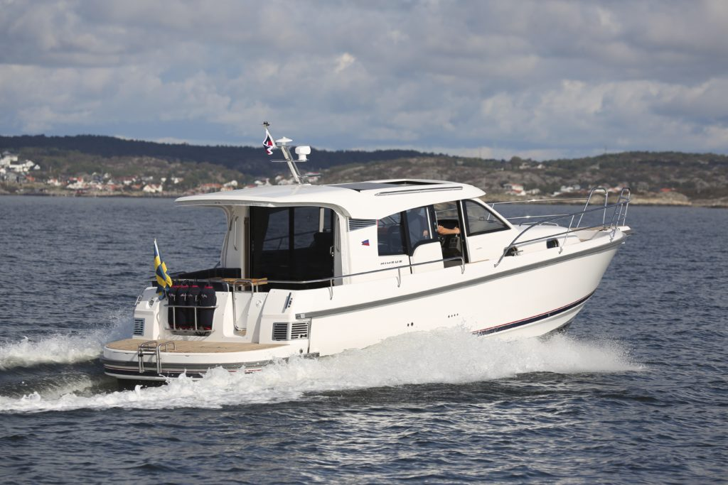Nimbus 365 edustaa parhaita pohjoismaisia matkaveneiden perinteitä. Se on tilava, sulava ja käytännöllinen, lisäksi se on kaunislinjainen.