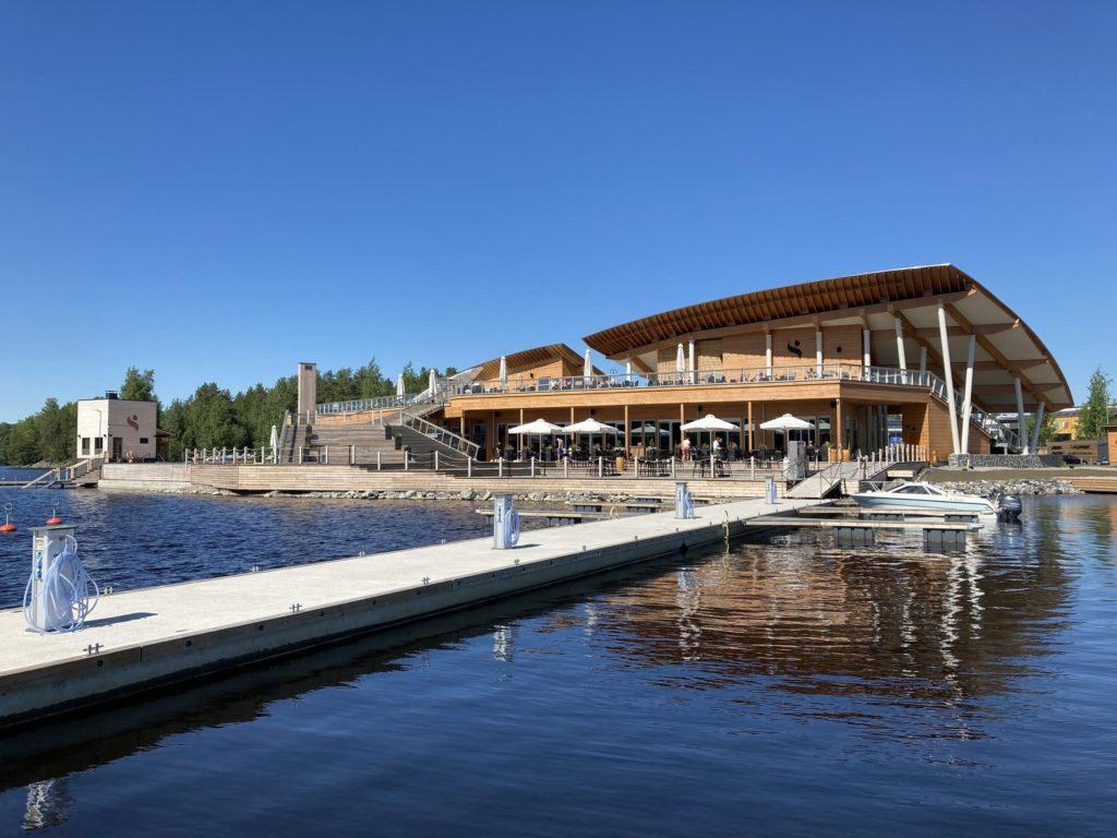 Lennokasta arkkitehtuuria, hyviä löylyjä, hulppeat terassit ja viereen rakentuva harrastepuisto: Kuopion Saanalla ei ole syytä ujosteluun maan muiden modernien saunojen joukossa.